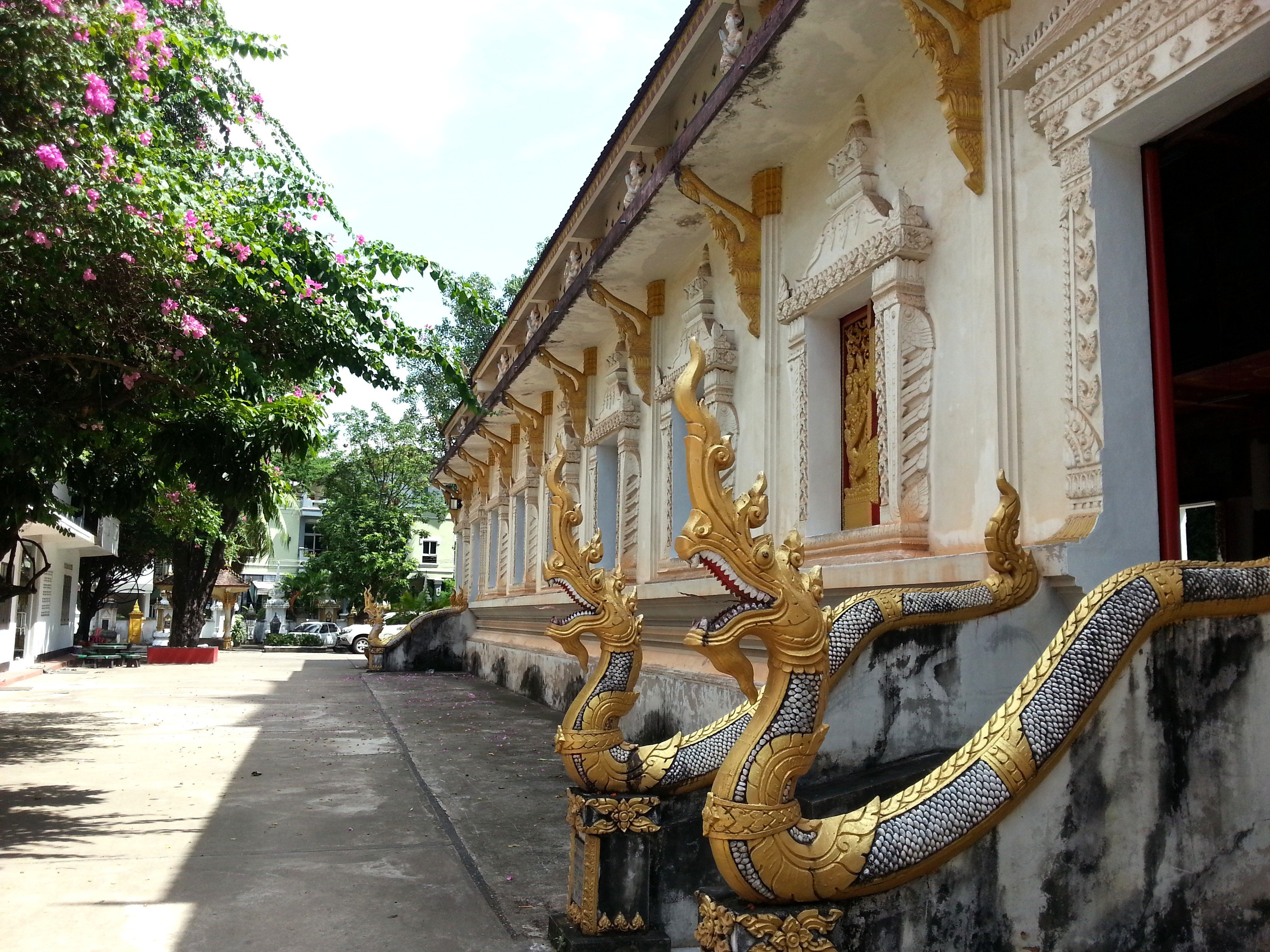 Side of the ordination hall at Wat Ong Teu