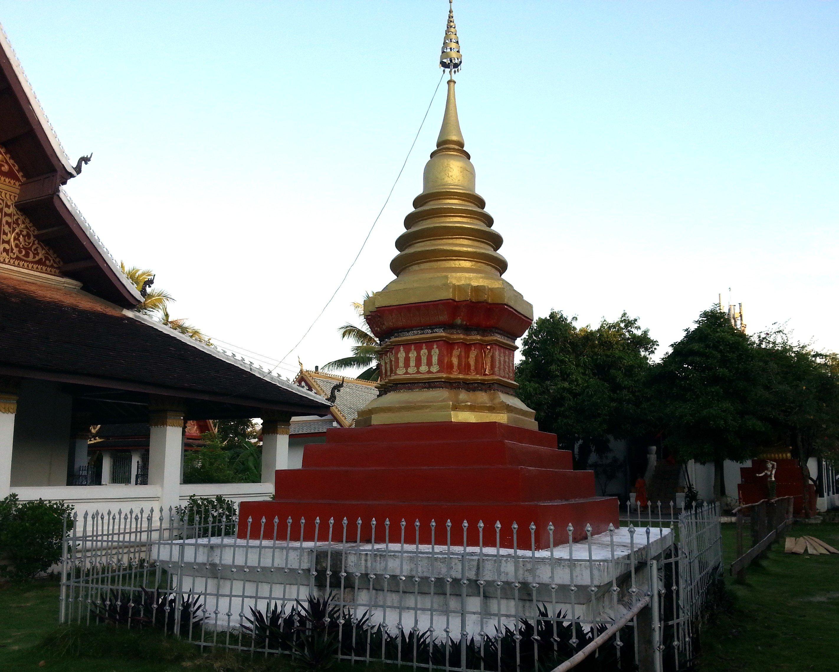 Chedi at Wat Aphay