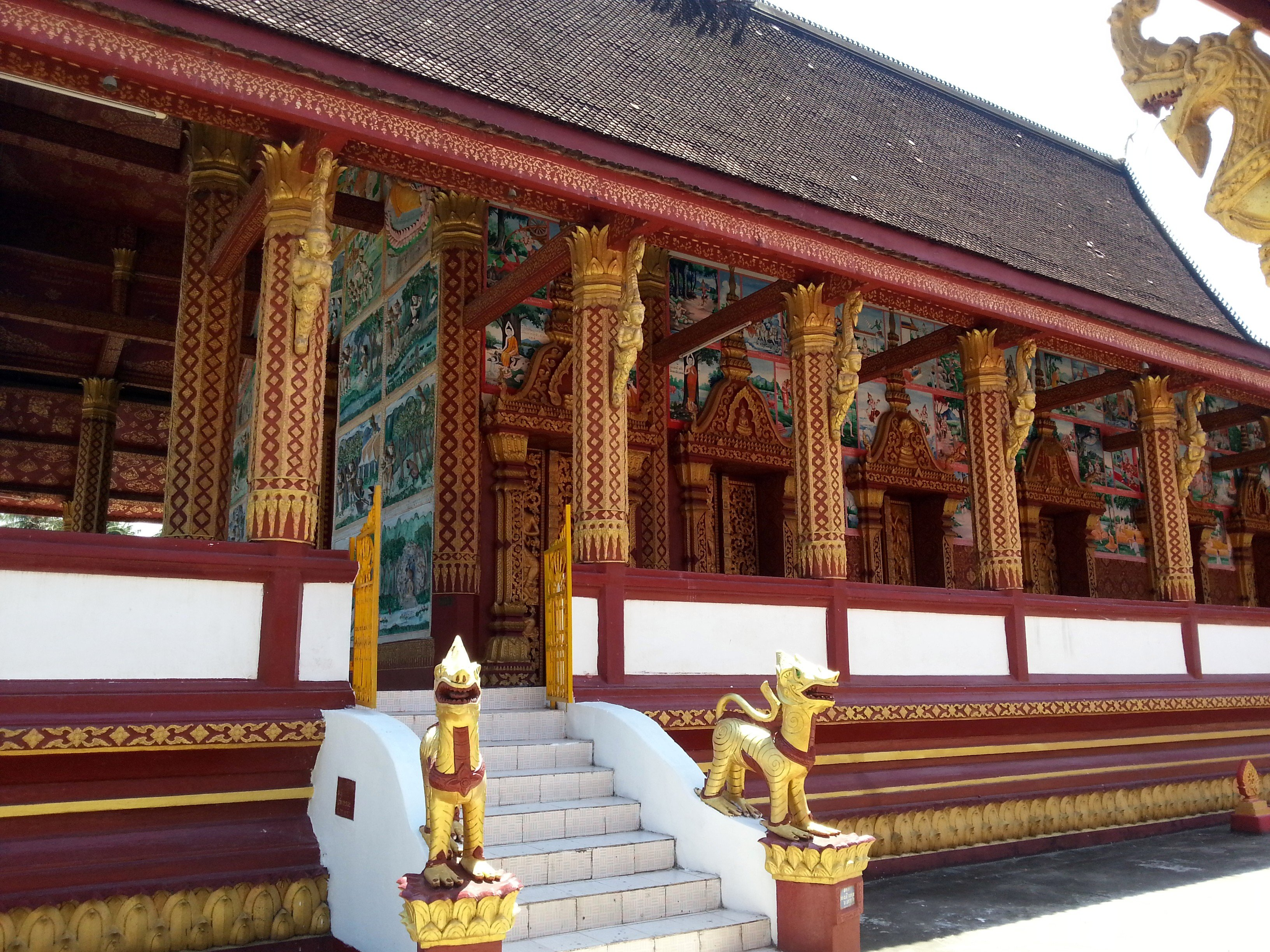 Side view of the congregation hall at Wat Manorom
