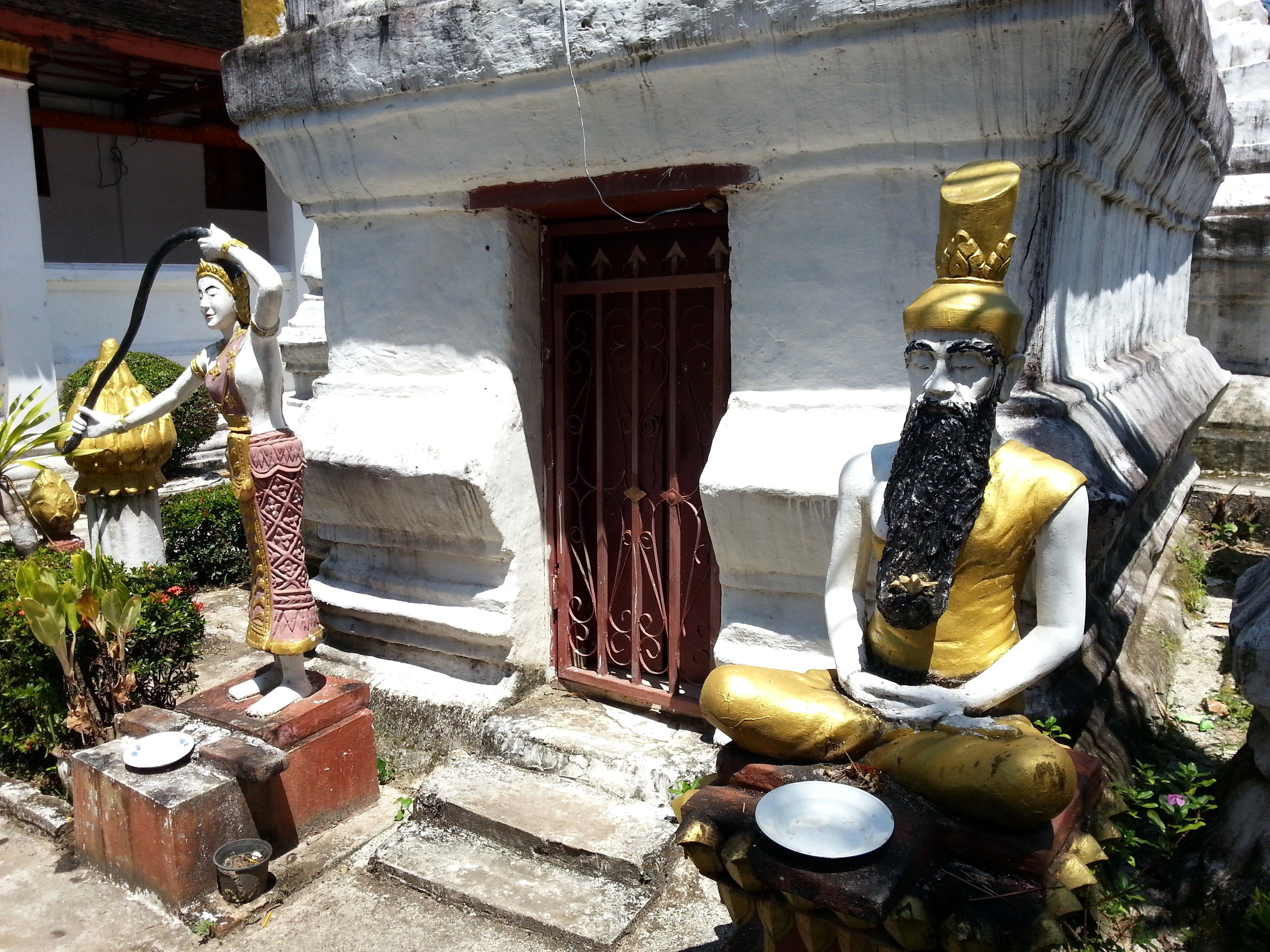 Statues at Wat Meun Na