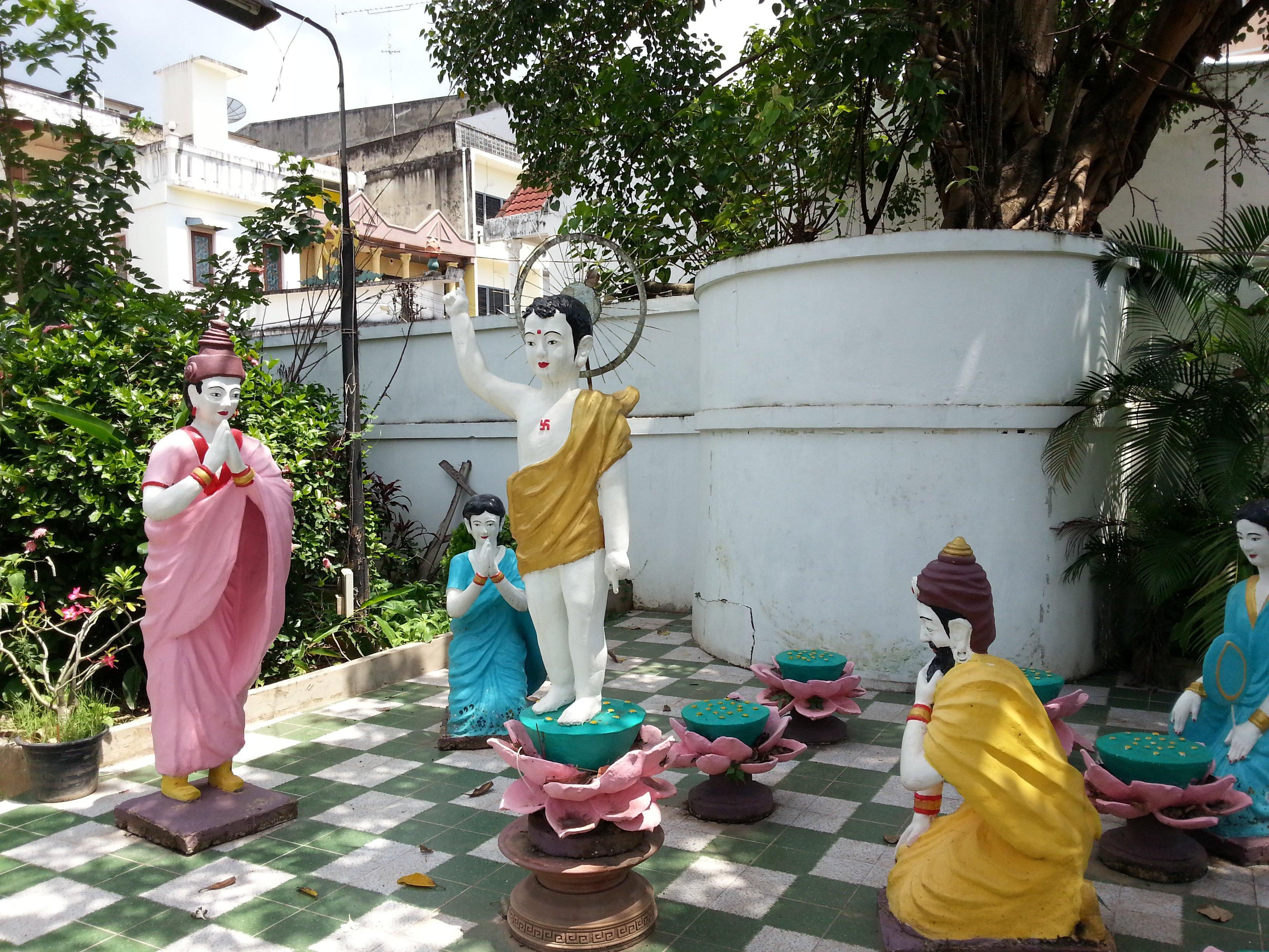Statues at Chua Bang Long