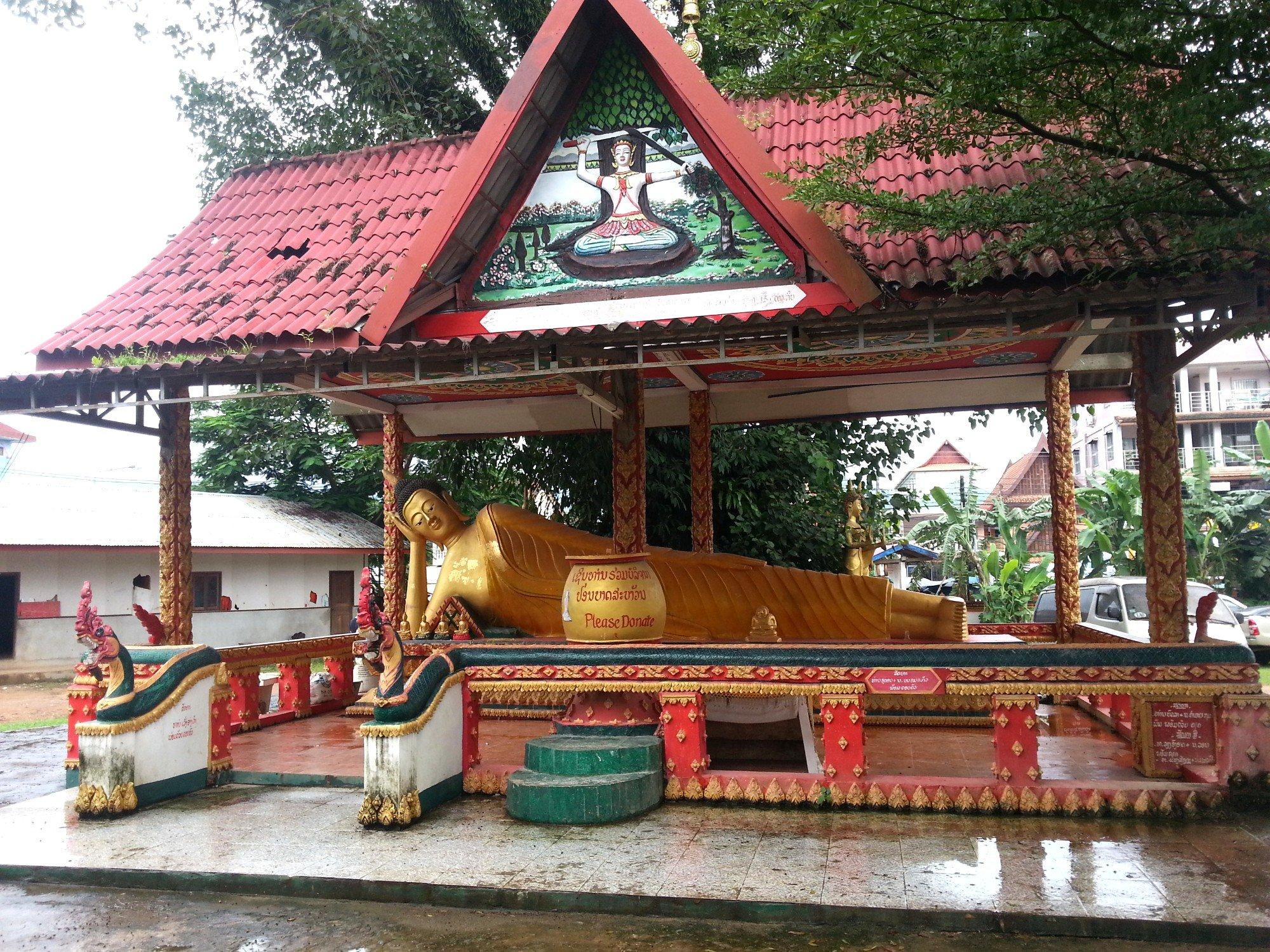 Reclining Buddha statue at Wat Kang